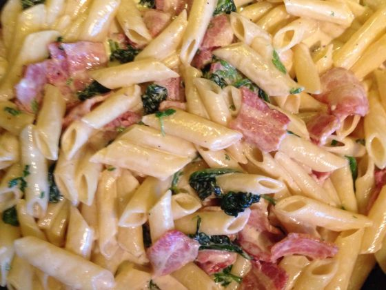 Pasta med spinat og bacon